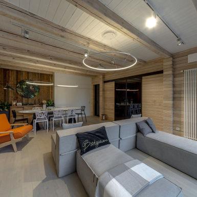 Многофункциональный диван, проектор, много света - всё это очень пригодится большой семье!